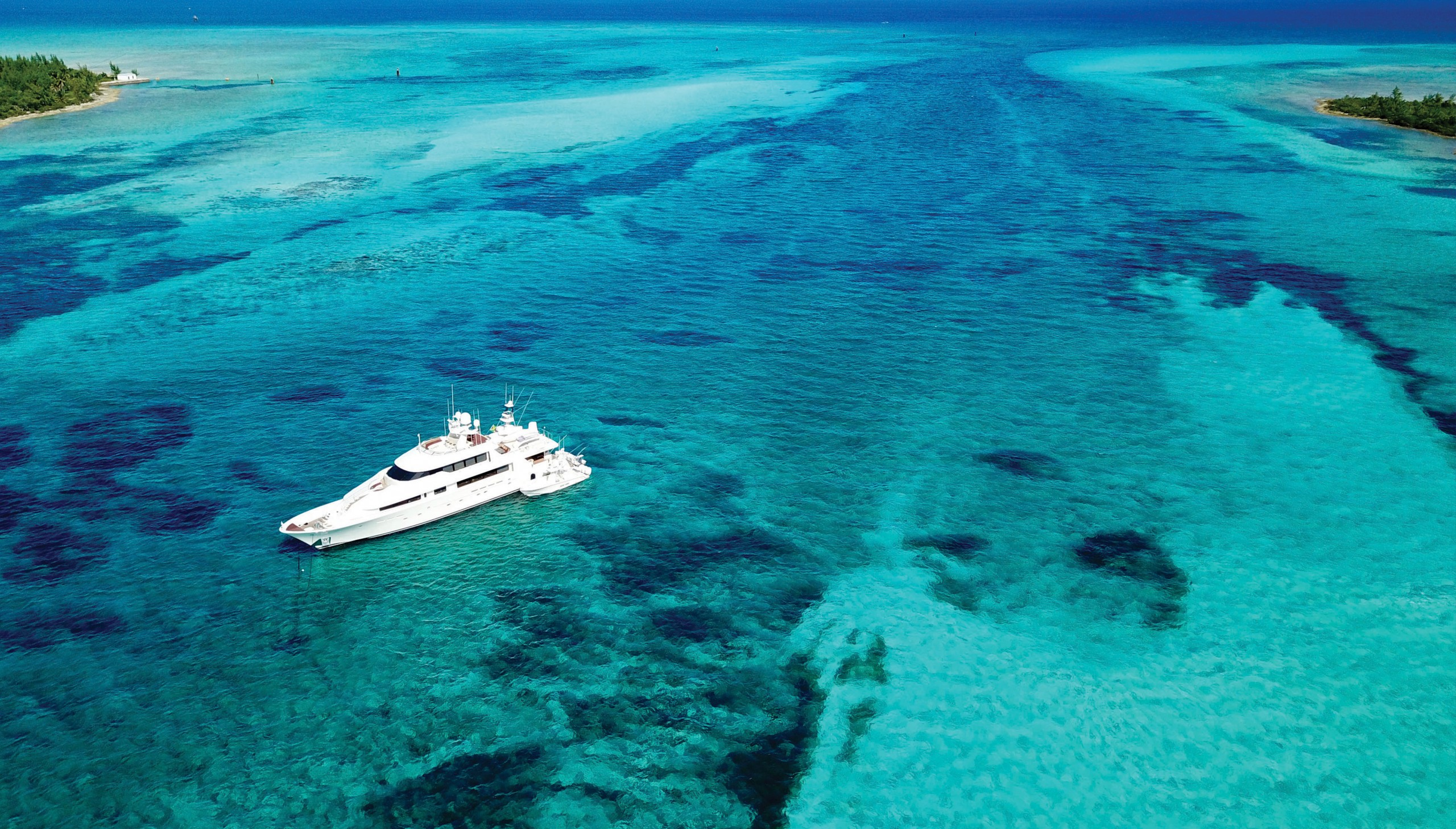 picture of anchored yacht in clear Bahamas water