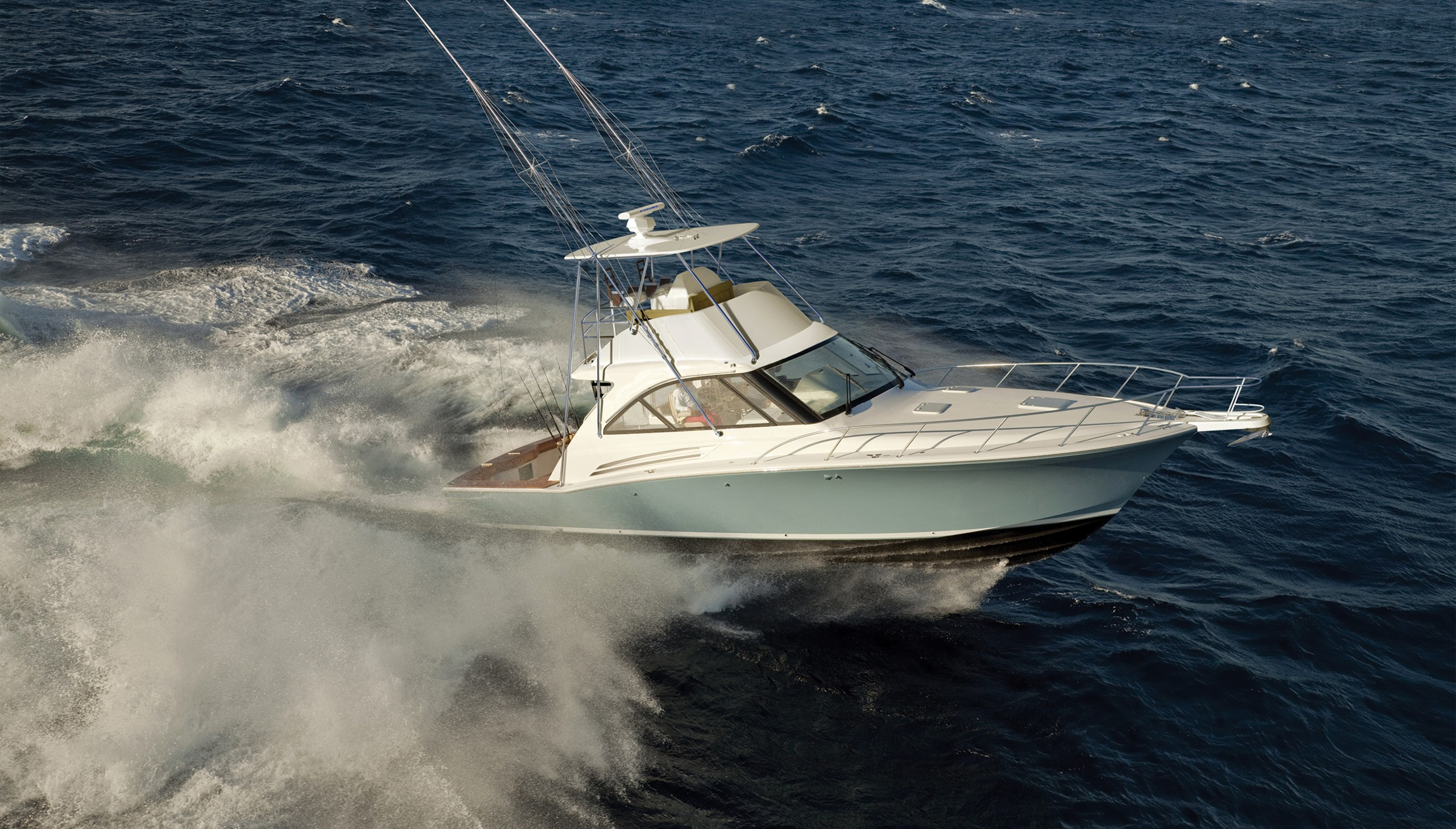 Hatteras 45 EX running on the ocean